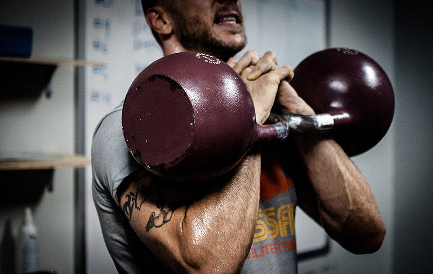Man-lyfter-vikter